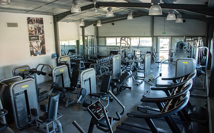 Une photo d'ensemble de la salle de sport Agitaform, à Lempdes-sur-Allagnon. On y voit des machines et la salle de cardio-musculation.